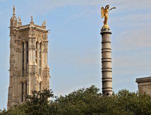 La tour St Jacques à Paris, clocher de style gothique flamboyant, seul vestige de l'église Saint-Jacques-de-la-Boucherie (entre 1509 et 1523) situé au milieu du square St-Jacques dans le 4ème arrondissement. On aperçoit également la colonne de la fontaine des palmiers de la place du Châtelet. Colonne érigée à la gloire des victoires napoléoniennes.